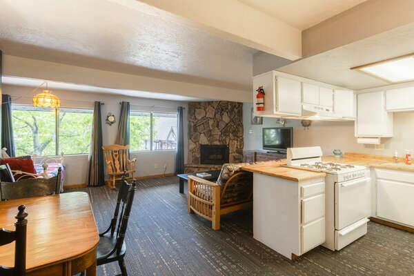 Village Suites Inn - Brown Bear - Perfect Location in the Village fully equipped unit